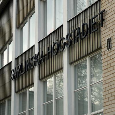 Sarlinska högstadieskolans fasad.