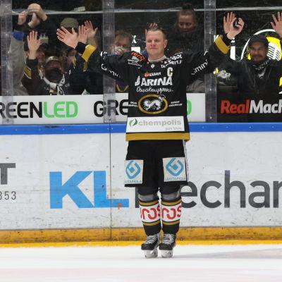 Lasse Kukkonen tackar publiken.