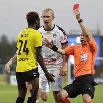 Antti Munukka visar rött kort åt Nasiru Banahene, som munhuggs med Jonas Häkkinen.