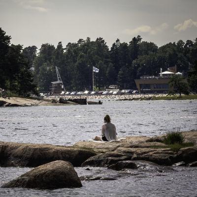 Nainen merenrannalla.