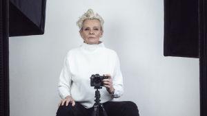 Eva Dahlgren i vit tröja fotar sig själv, uppträder på Allsång på Skansen 2020