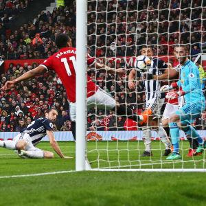 Jay Rodriguez ger West Bromwich ledningen med 1–0.