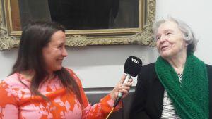 Minna Pyykkö haastattelee runoilija Eeva Kilpeä.