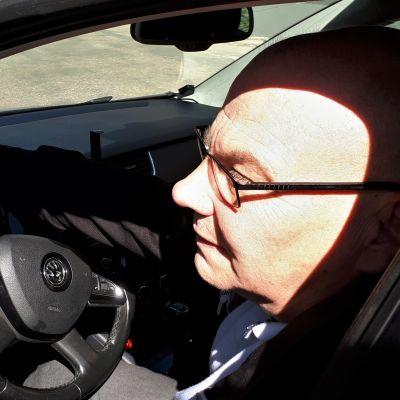 Jukka Jyrkinen autossaan.