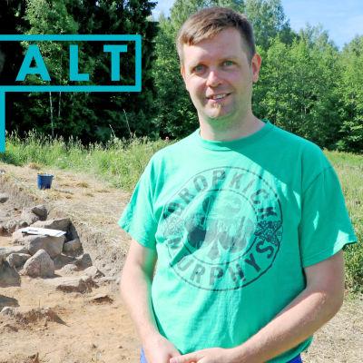 Andreas Koivisto står framför de arkeologiska utgrävningarna på Tavstkulla gård i Vanda.