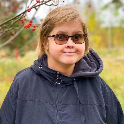 Bildcollage av två bilder. Bägge bilder föreställer kvinnor som ler och tittar in i kameran. En av dem står framför ett träd, den andra framför en ABC.