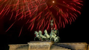 Fyrverkeriregn över Brandenburg Tor i Berlin.