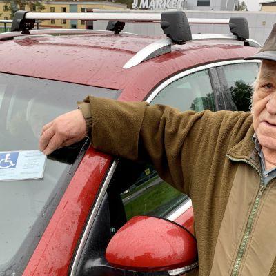 Veikko Lipponen pysäköi autonsa invalidipysäköintipaikalle