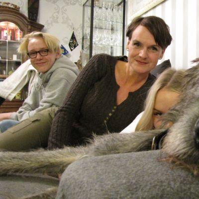 Frank-koira ja Monica Kihl ja Nelli ja Samu Kamunen pelastautuivat yhdessä heidän kotinsa tulipalosta.