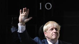 Den nyutnämnda premiärministern Boris Johnson utanför Downing Street 10 i London.