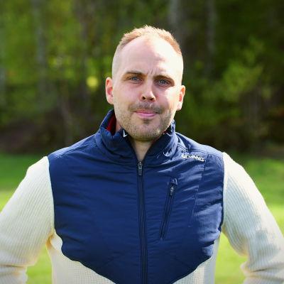 Martin Norrgård i ett vårgrönt Vörå på skidcentret