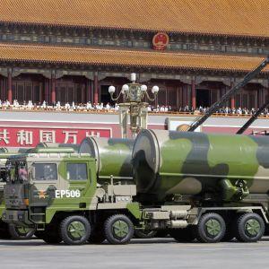 Kina förevisar sina missiler under en militärparad i Peking