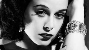Hedy Lamarr lähikuvassa. Kuva dokumenttielokuvasta Bombshell.