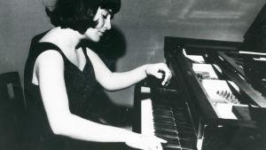 Pianotaiteilija Elisabeth Leonskaja soittaa.