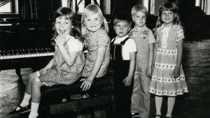 Meri Louhoksen pieniä piano-oppilaita.