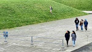 Turister på väg mot läktaren vid minnesmärket i Maarjamäe trots att det är skyltat tillträde förbjudet.