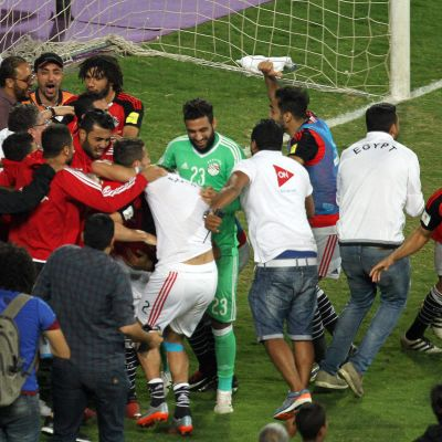 Egyptiska spelare firar VM-biljetten.
