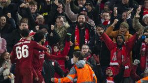 Mohamed Salah firar mål framför jublande supportrar.
