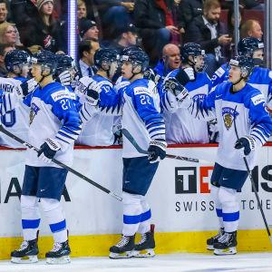 Juniorlejonen jublar efter Jesse Ylönens tidiga ledningsmål mot Schweiz. Till slut blev det finländsk seger med 6-1.