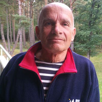 Timo Tunturi seisoo terassilla