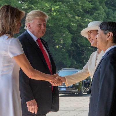Paret Trump välkomnades utanför det kejserliga palatset av kejsare Naruhito och kejsarinnan Masako.