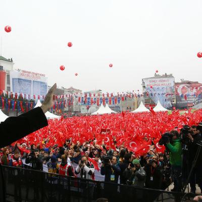 Erdogan talar vid lördagens valmöte i Istanbul 11.3.2017