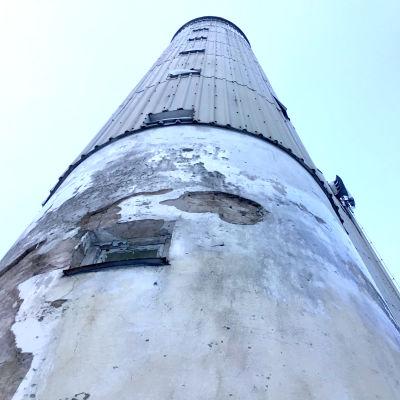 Sliten fasad på ett gammalt vattentorn.
