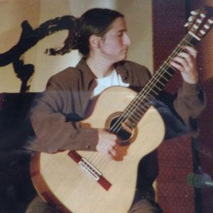 Chileläinen muusikko Tita Avendaño Brandeis soittaa kitaraa.