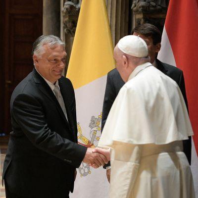 Påven Franciskus och premiärminister Orbán möttes i Budapests konstmuséum vid Hjältarnas torg.