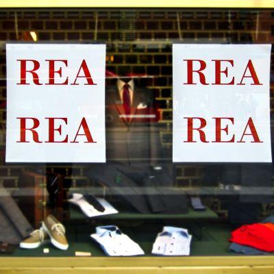 Ett skyltfönster med rea-annonser.