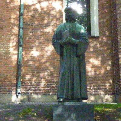 Mikael Agricola står staty framför Åbo domkyrka