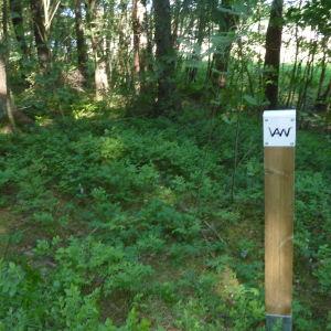 Vägvisarna med Victor Westerholms initialer hjälper besökarna att hitta rätt.