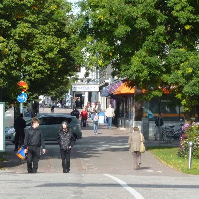 Ihmisiä kävelee Salon kadulla.
