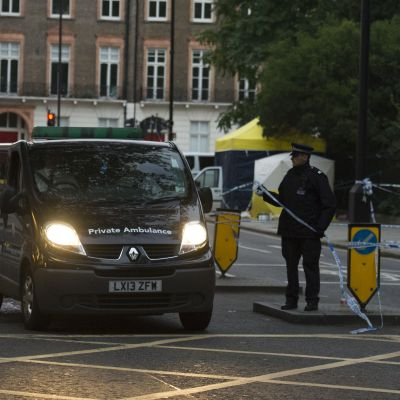 ambulanssi ja poliiseja