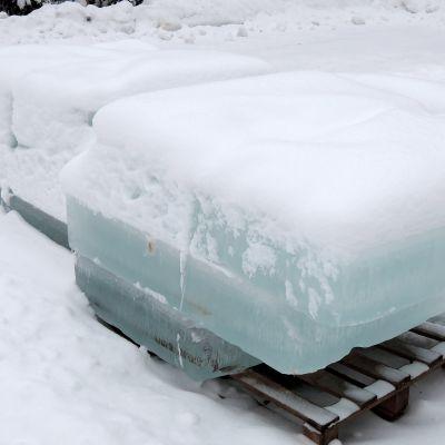Lohkareiksi sahattua jäätä.