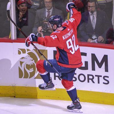 Jevgenij Kuznetsov spelar ishockey.