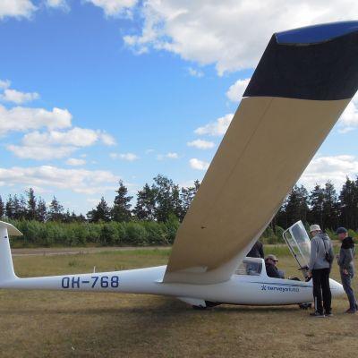 Purjelentokurssilaiset valmistautuvat lähtemään ilmaan lentokentällä.
