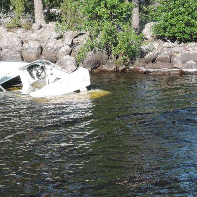 Lahden Järvipelastajat tutkivat kivikkoon ajaneen moottoriveneen tilannetta Päijänteellä.