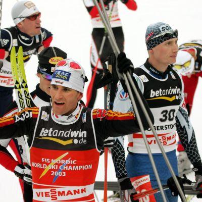 Ronny Ackermann voitti Gundersen-kilpailun MM-kultaa Oberstdorfissa 2005. Oikealla pettynyt Hannu Manninen.
