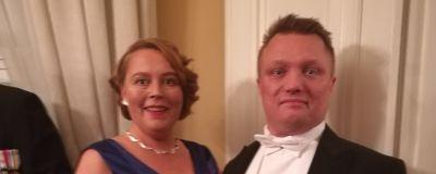Tove Holm i en balklänning gjord av återvunna blå plastflaskor, och hennes man Dan Holm på slottsbalen 2018.