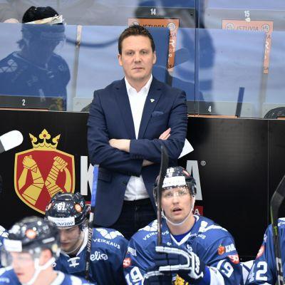 Lauri Marjamäki i spelarbåset under matchen mot Vitryssland.