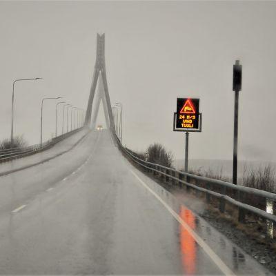 Raippaluodon silta Mustasaaressa. Tuuli puhaltaa kovaa Liisa-myrskyssä 19.11.2020