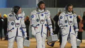 Amerikanen Scott Kelly och ryssarna Gennadij Padalka och Michail Kornienko strax före starten mot rymdstationen ISS.
