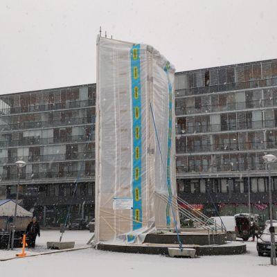 Marraskuinen näkymä Jyväskylän kauppatorilta. Torikunkku-patsas huputettuna remontin vuoksi.
