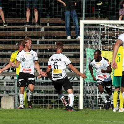 Jonni Thusberg pääsi tuulettamaan maalia Suomen Cupissa Ilvestä vastaan.
