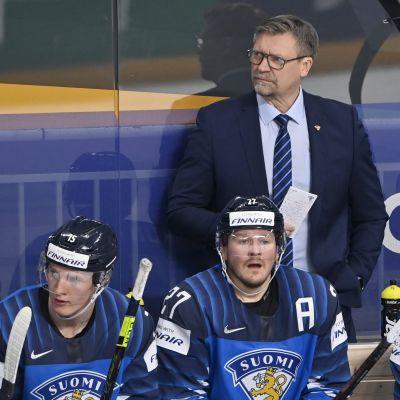 Jukka Jalonen lotsar Finland i spelarbåset i matchen mot Italien.