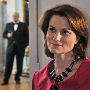 Jonna Järnefelt Anneli Jäätteenmäen roolissa tv-elokuvassa Pääministeri (2009).