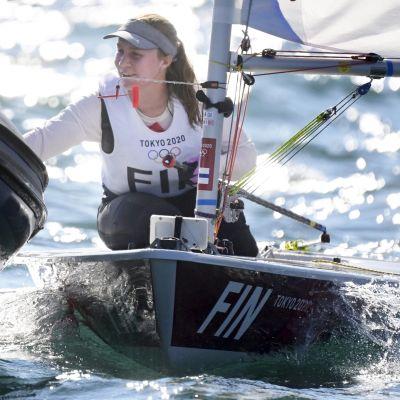 Tuula Tenkanen skrattar i sin segelbåt efter avslutad tävling.