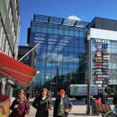 Kauppakeskus Valkea Oulun rotuaarilla.
