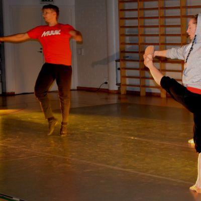 kansallisbaletin ja balet finlandin tanssijat lämmittelevät